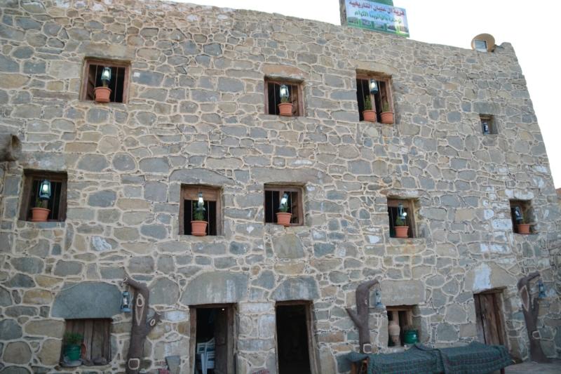قرية آل عليان الأثرية.. مقبرة عكس اتجاه القبلة ومنازل أثرية (210696109) 