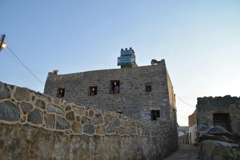 قرية آل عليان الأثرية.. مقبرة عكس اتجاه القبلة ومنازل أثرية (210696111) 