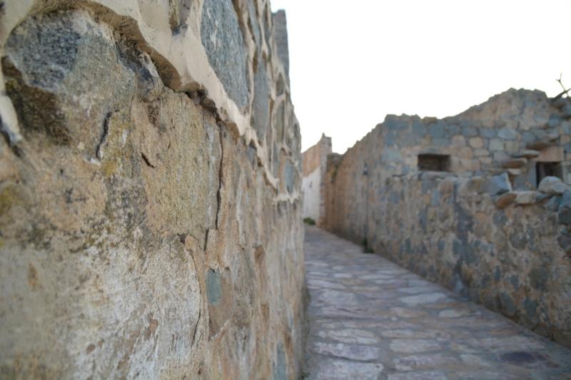 قرية آل عليان الأثرية.. مقبرة عكس اتجاه القبلة ومنازل أثرية (210696112) 