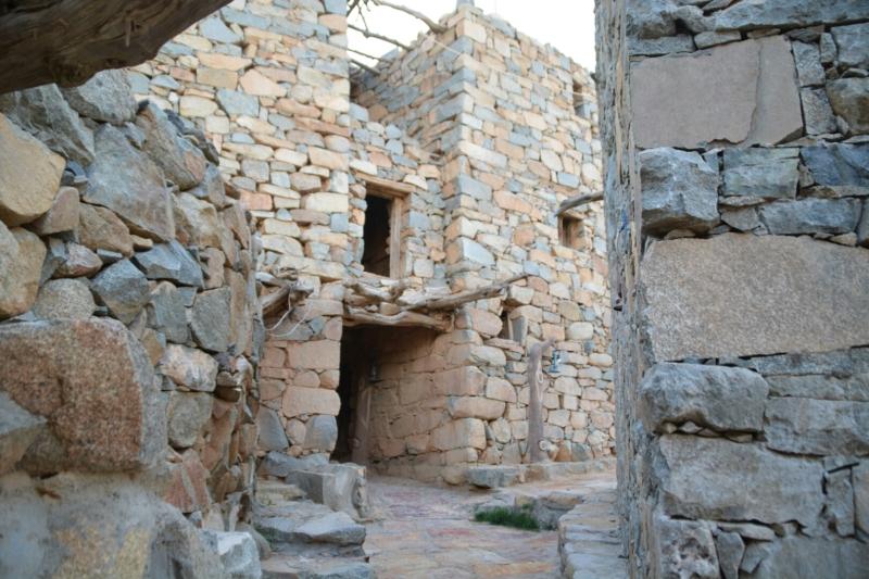 قرية آل عليان الأثرية.. مقبرة عكس اتجاه القبلة ومنازل أثرية (210696114) 
