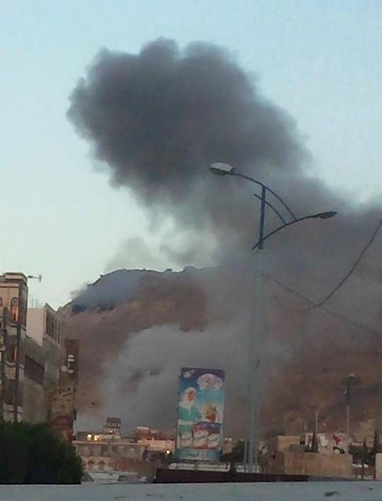 بالصور.. طيران التحالف يقصف مخازن السلاح في جبل نقم - المواطن