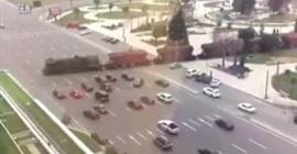 شاهد.. لقطات مرعبة لقطار بضائع يعبر طريقًا مزدحمًا دون تحذير - المواطن