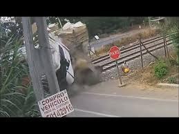 شاهد.. حادث مروع لقطار يصطدم بشاحنة - المواطن