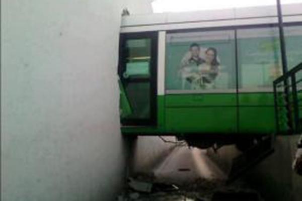 قطار يخترق حائط سجن الجزائر