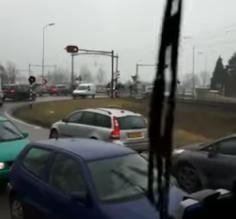 شاهد.. قطار يصدم سيارة بعد تعطلها على السكة الحديدية - المواطن