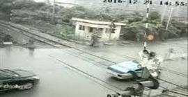 شاهد.. لقطات صادمة لقطار يصطدم بسيارتين - المواطن
