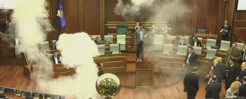 بالفيديو.. عضو في برلمان إقليم كوسوفو يلقي قنبلة غاز مسيل للدموع داخل القاعة - المواطن