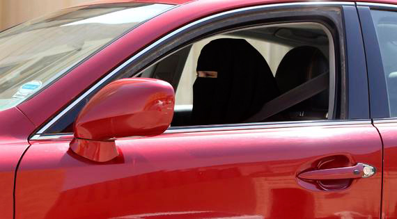 قبل انطلاق المرأة بسيارتها غداً.. إيجابيات القرار وشروط استخراج الرخصة