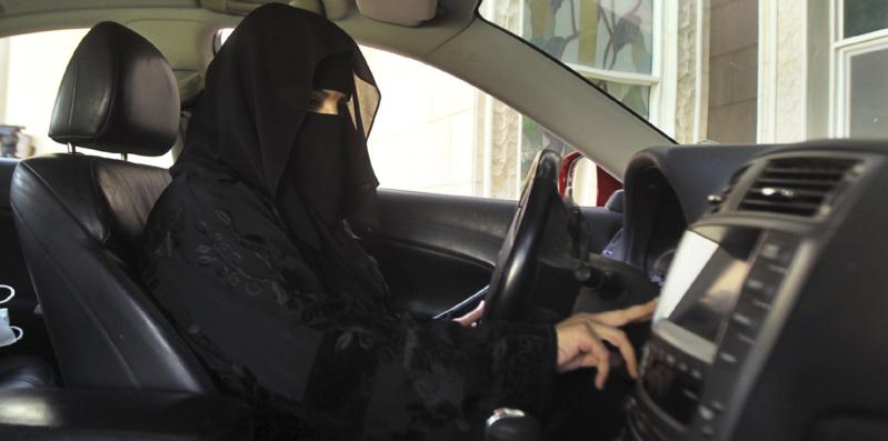 الرخصة الأجنبية لا تخول المرأة قيادة السيارة إلا بهذه الشروط
