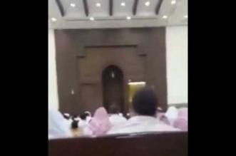شاهد.. أب يسمح لأطفاله بمشاهدة كرتون في صلاة الجمعة - المواطن