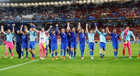 لاعبون بمنتخب كرواتيا يحتفلون بالفوز على اسبانيا ببطولة اوروبا لكرة القدم يوم الثلاثاء. تصوير: مايكل دالدر - رويترز.