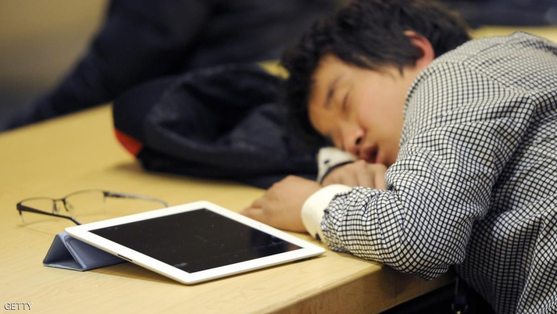 A man takes a nap next to his Ipad at a cafe shop in Beijing on February 22, 2012. A trademark dispute between Apple and a Chinese computer maker moved to Shanghai on February 22, where the debt laden plaintiff is seeking to stop the sale of the US giant's iconic iPad. AFP PHOTO / LIU JIN (Photo credit should read LIU JIN/AFP/Getty Images)