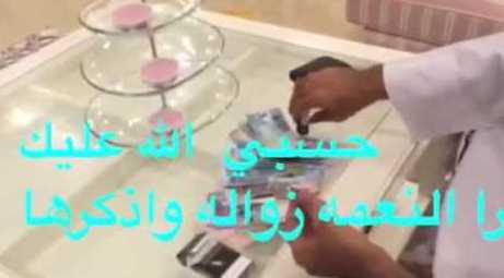 كويتي يشعل سيجارة بالدنانير يثير ضجة على مواقع التواصل