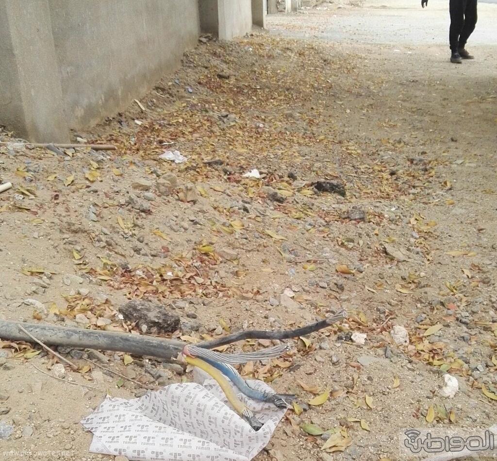 كيبل كهربائي مكشوف يهدد حياة سكان حي السامر بجدة (3)