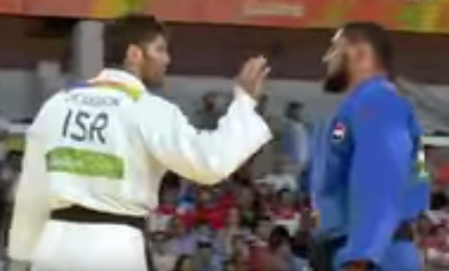 شاهد.. لاعب الجودو المصري اسلام الشهابي يرفض مصافحة خصمه الاسرائيلي في منافسات الأولمبياد