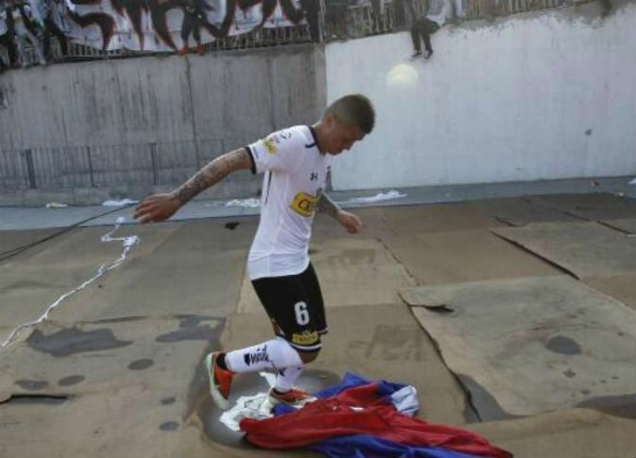 لاعب تشيلي يقضي ليلة في السجن بسبب التحريض على العنف