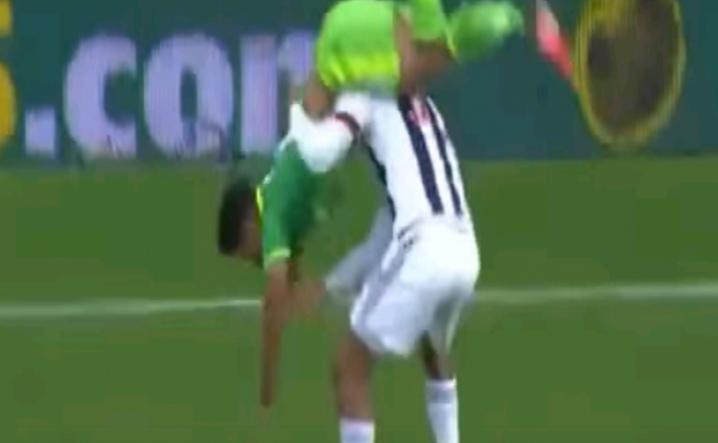 لاعب ينقذ زميله