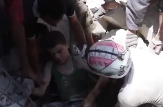 لحظة انتشال طفل على قيد الحياة من تحت الأنقاض في حلب