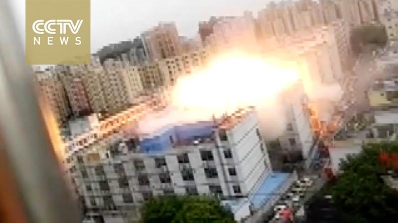 لحظة انفجار هائل بمصنع إلكترونيات بالصين