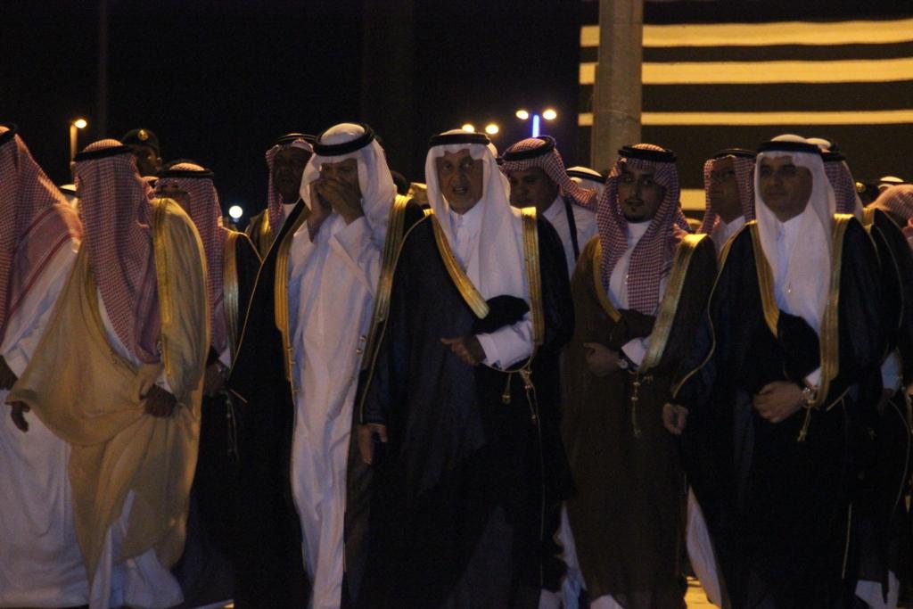 لحظة تلقي الأمير سلطان بن سلمان إتصالاً من الملك سلمان بن عبدالعزيز أثناء عرض مشهد منازل الكرام 1