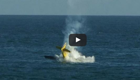لحظة سقوط طائرة برازيلية في البحر أثناء عرض جوي