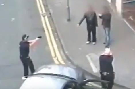 لحظة مفزعة لمراهق يحمل مسدس لعبة في بريطانيا