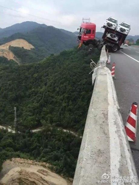 لشاحنة تحمل 12 سيارة تتدلى فوق منحدر