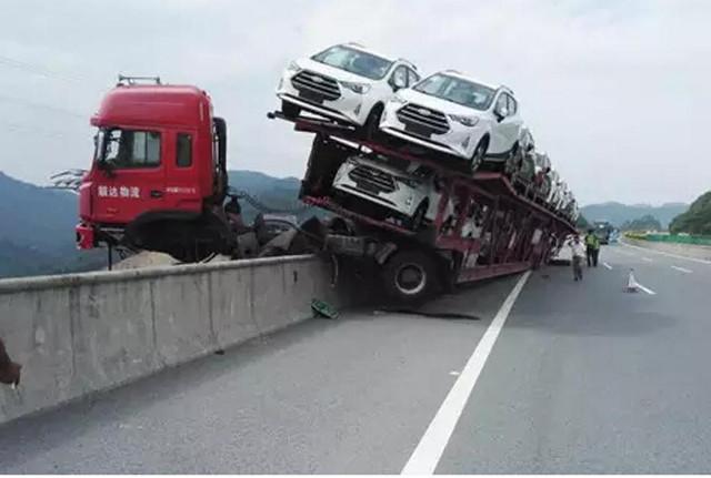لشاحنة تحمل 12 سيارة تتدلى فوق منحدر 1