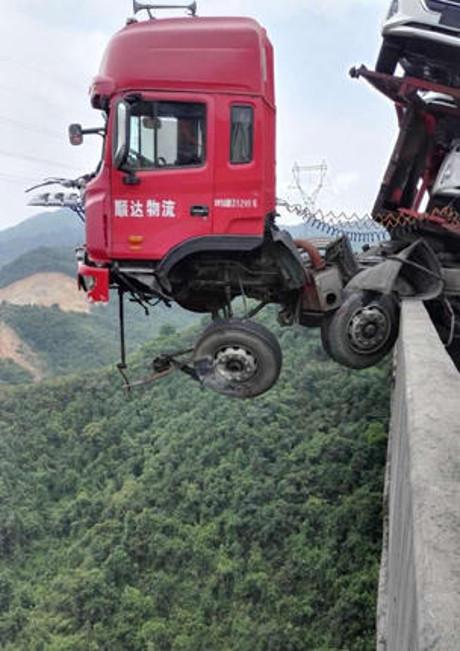 لشاحنة تحمل 12 سيارة تتدلى فوق منحدر 2