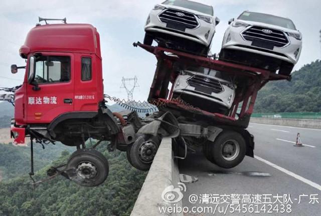 لشاحنة تحمل 12 سيارة تتدلى فوق منحدر 4