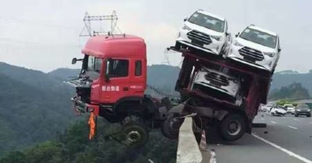لشاحنة تحمل 12 سيارة تتدلى فوق منحدر 5