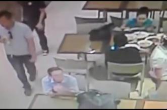 شاهد.. لص يسرق شخصا ببساطة دون أن يلاحظه ! - المواطن