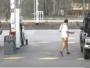 لص يسرق سيارة من محطة وقود