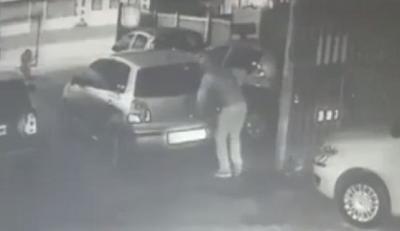 لص يسرق سيارة