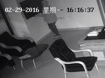 لص يسرق شاشة من مكتب