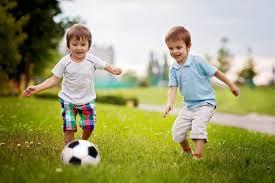 لعب الأطفال بعيداً عن الجوال في الهواء الطلق يعزز صحتهم - المواطن