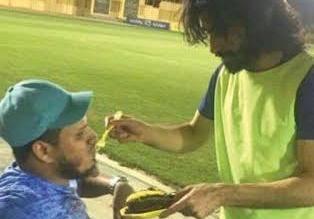 لفتة إنسانية من حسين عبدالغني تجاه مشجع (1)