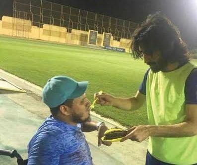 لفتة إنسانية من حسين عبدالغني تجاه مشجع (2)