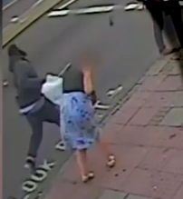 شاهد.. رجل يوجه لكمة مباغتة لامرأة أثناء عبورها الشارع - المواطن