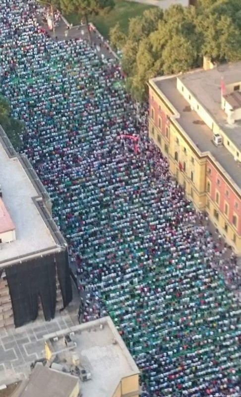 ل طالب يؤم الآلاف في صلاة عيد الفِطْر بألبانيا (1)