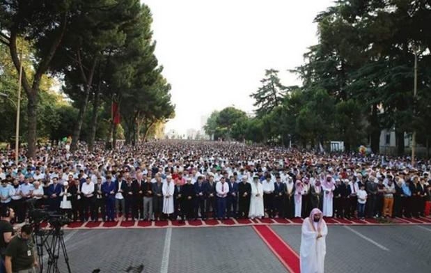 ل طالب يؤم الآلاف في صلاة عيد الفِطْر بألبانيا (334694685) 