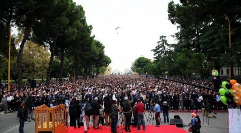 ل طالب يؤم الآلاف في صلاة عيد الفِطْر بألبانيا (334694686) 