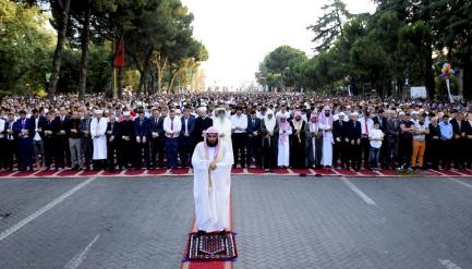ل طالب يؤم الآلاف في صلاة عيد الفِطْر بألبانيا (334694687) 
