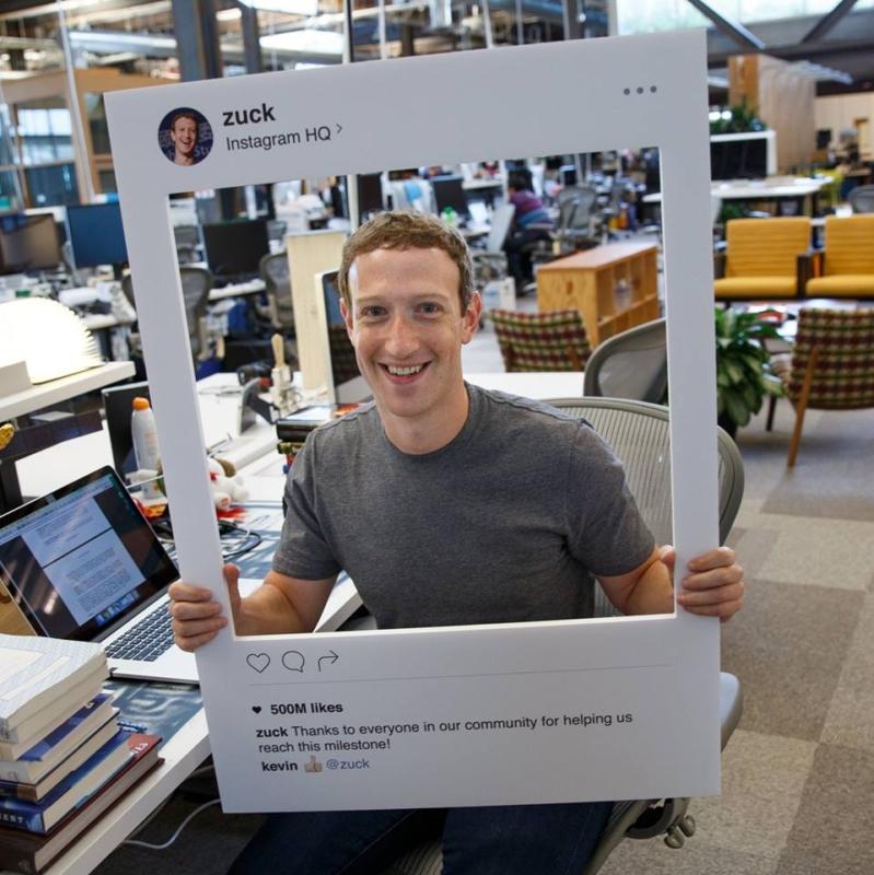 مؤسس فيسبوك يستخدم شريطاً لاصقاً على كاميرا جواله