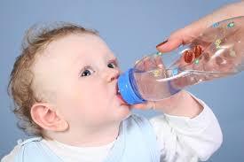 تعرف على السن المناسب لشرب الرضيع للماء - المواطن