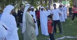 ماذا فعل حاكم دبي مع طفل فاجأه بقصيدة