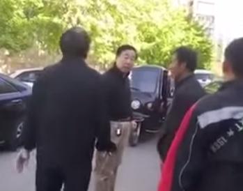 مالك سيارة يعتدي على عامل دليفري صيني