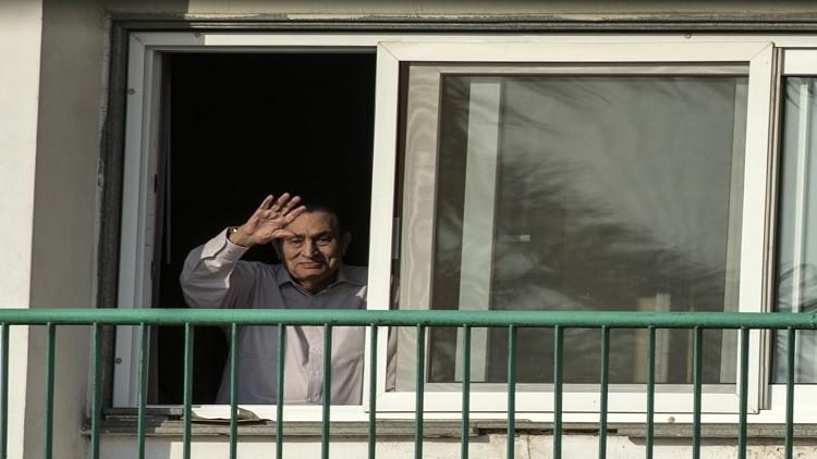 مبارك يطل من الشرفة