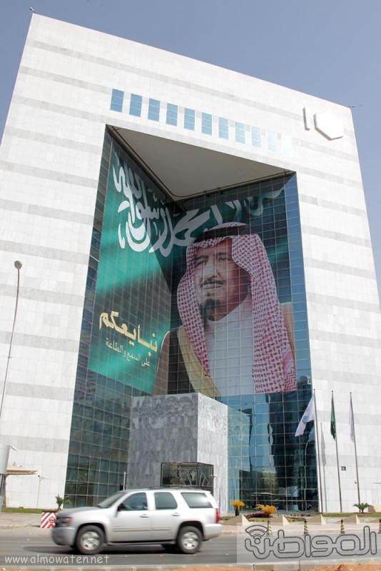 مباني الرياض يزدان بصور الملك 12