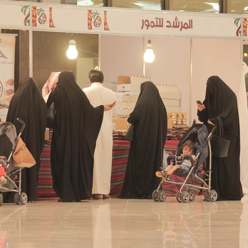 مبيعات التجار بمهرجان قوت للتمور في بريدة (372252766) 